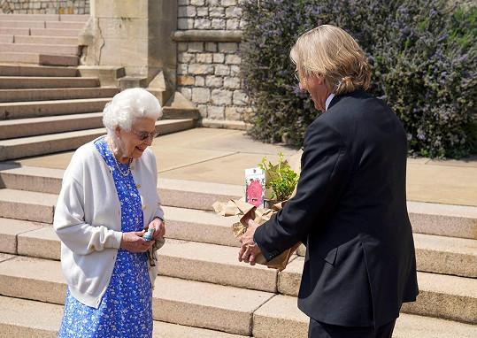 Ležérnější oblečení zvolila na příležitost, kdy dostávala odrůdu růže pojmenovanou po princi Philipovi.