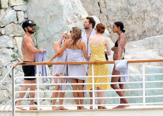 Justin s kráskami Emmou Stone, Siennou Miller, Laurou Harrier a Derekem Blasbergem.