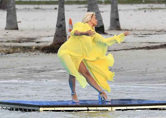 Ve žlutých šatech fotila novou kolekci bot.