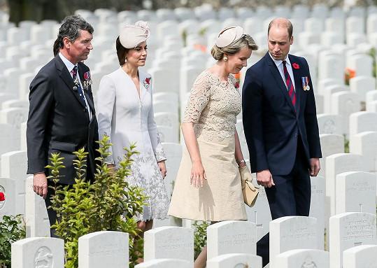 Kate s Williamem a belgickým královským párem na hřbitově pro vojáky padlé během první světové války.