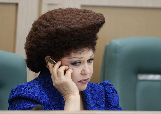 Valentina je díky svému účesu nepřehlédnutelná.