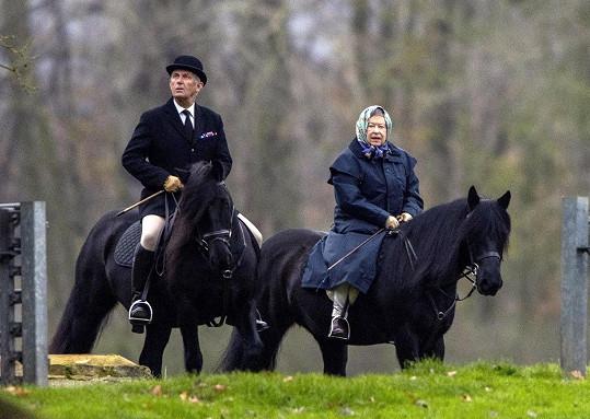 Do zahrad kolem Windsoru s ní vyjíždí vrchní štolba Terry Pendry.