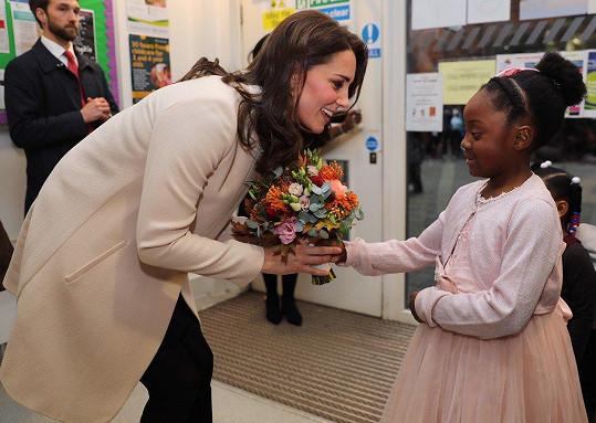 Děti byly z vzácné návštěvy nadšeny.