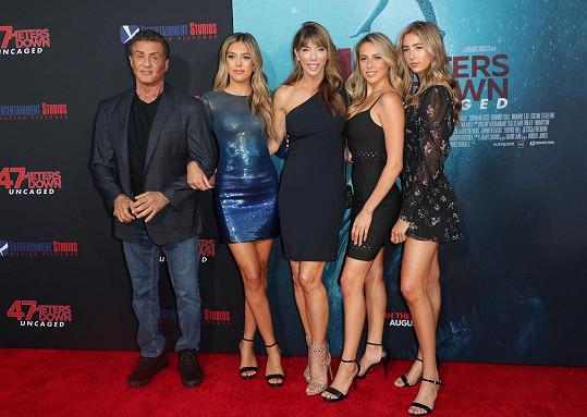 Sylvester Stallone s dcerami a třetí manželkou (uprostřed)
