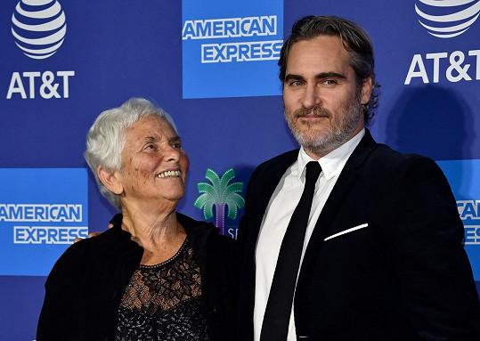 V děkovné řeči vzdal herec hold mamince Arlyn Phoenix.