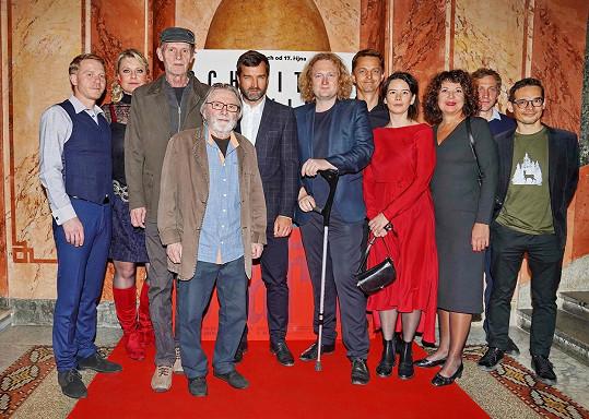 Na pražské premiéře filmu Staříci Ladislav Mrkvička (uprostřed) nechyběl.