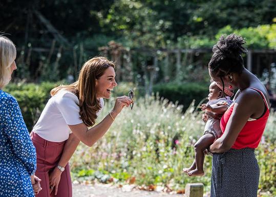 Vévodkyně dodržovala dvoumetrový odstup, ale i tak se snažila pobavit malé děti rodičů, kteří na schůzku přišli.