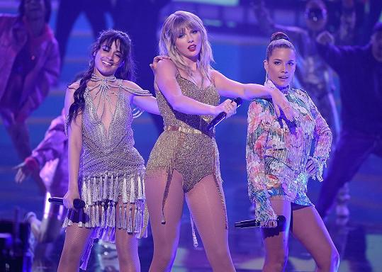 Na vystoupení s Taylor Swift (uprostřed) a Camilou Cabello.