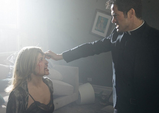 Geena Davis a Alfonso Herrera v seriálu Exorcista