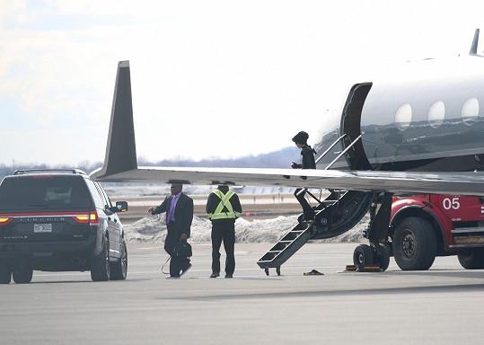 Zpěvák Prince se při vystupování z letadla jistil hůlkami.