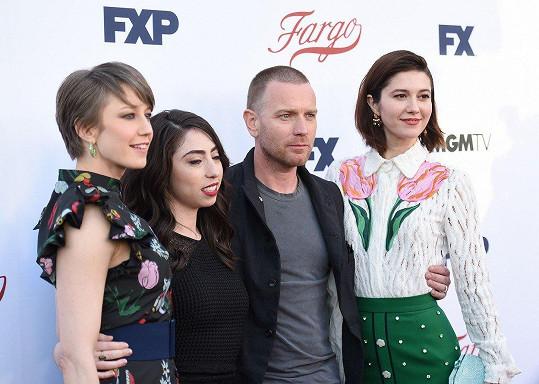 Herec se svým novým úlovkem Mary Elizabeth Winstead (vpravo) na tiskovce k seriálu Fargo