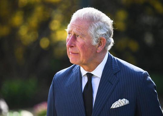Při obhlídce květin a kondolencí od britského lidu potlačoval slzy.