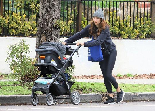 Troian Bellisario na procházce s dcerkou