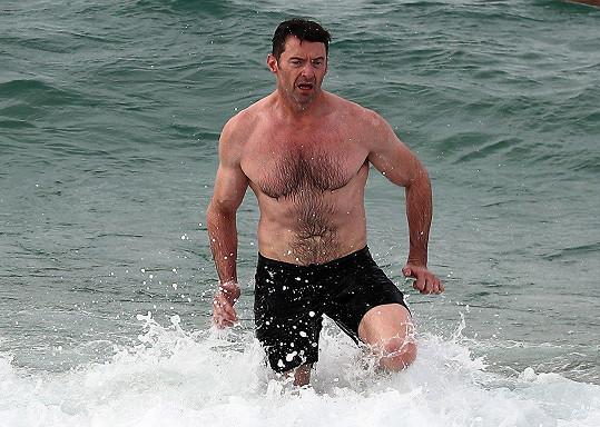 Hugh ukázal své vypracované tělo.