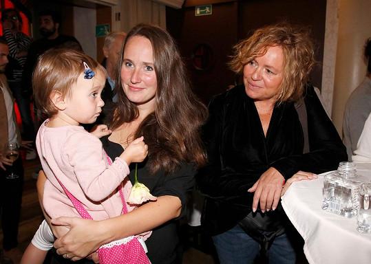 Holčička si svou roztomilostí omotala kolem prstu i herečku Jitku Sedláčkovou, která z ní nemohla spustit oči.