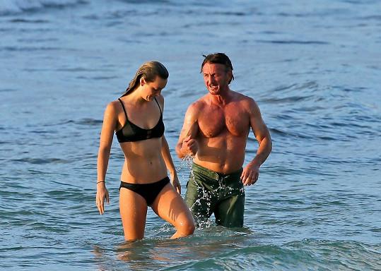 Sean Penn randí s o 32 let mladší Leilou.