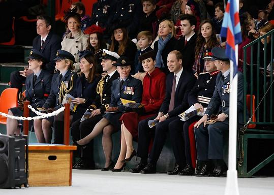 Vévodkyně z Cambridge v červeném vynikala mezi členy letecké pátrací a záchranné služby Královského letectva.