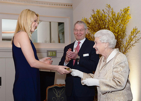 Nejlepší servírkou ve Velké Británii se stala Jennifer Santner. Ocenění převzala z rukou samotné královny.