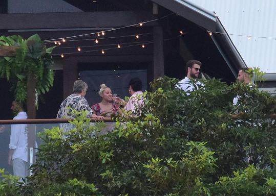 Zpěvačka se na svatbě Liamových přátel družila s jeho známými a příbuznými.