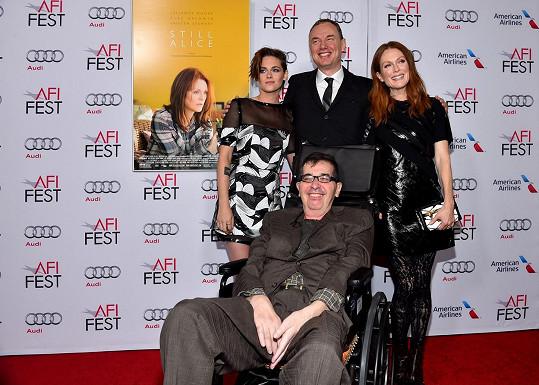 Richard Glatzer s partnerem Washem Westmorelandem a herečkami Julianne Moore a Kristen Stewart v listopadu 2014
