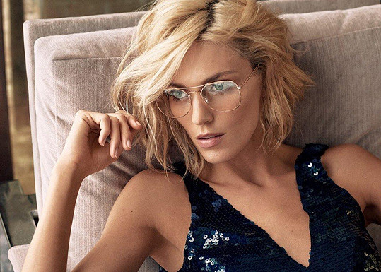 Stylové brýle krásně ozdobily její tvář.