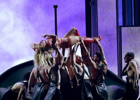 Spears zvládla náročnou choreografii na jedničku.