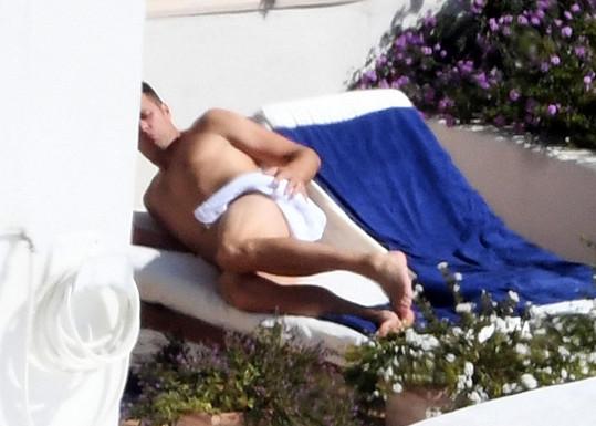 Místo plavek mu stačil ručník.
