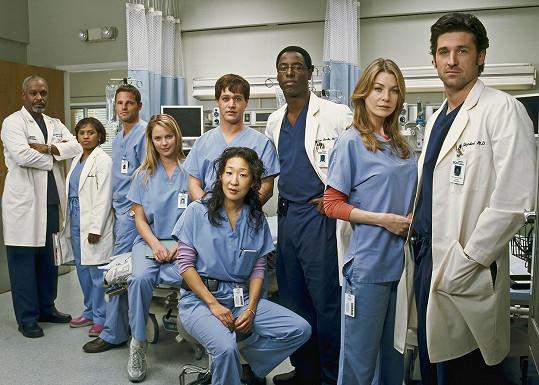 Původní sestava herců v první řadě seriálu Chirurgové. Do sedmnácté řady už vstupují jen tři herci z této fotografie.