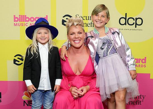 Na udílení ji kromě Willow doprovodil také čtyřletý syn Jameson (vlevo).