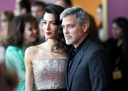 I věčný starý mládenec George Clooney nakonec podlehl kouzlu lásky, a také své ženy Amal.