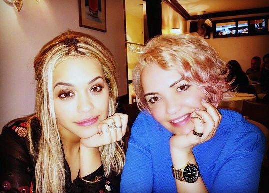"""""""Máma mě denně inspiruje, jsem na ni velmi pyšná. Může být příkladem pro všechny,"""" říká zpěvačka Rita Ora."""