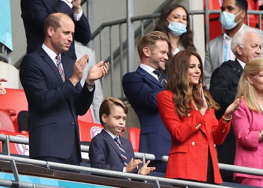 Část královské rodiny si nemohla zápas nechat ujít. Princ William s manželkou Kate a jejich synem Georgem.