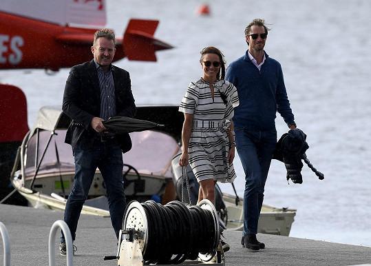 Pippa a Jammes před chvílí vystoupili z hydroplánu, který je přemístil na oběd v restauraci na řece Hawkesbury.