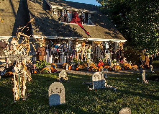 Tady se majitelé opravdu vyřádili. Před tímto domem najdete snad všechny známé hororové postavičky.