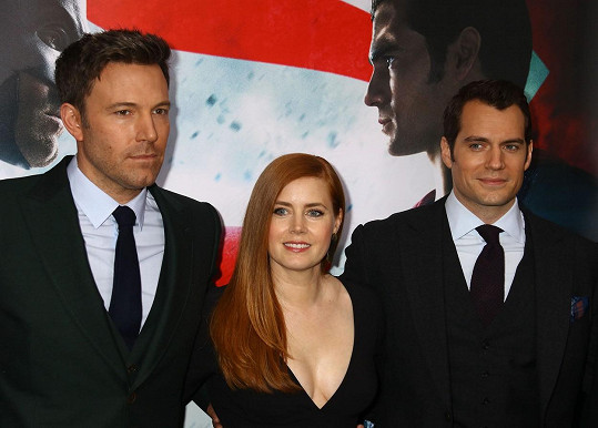 Batman i Superman dorazili bez partnerky, Amy Adams je potěšila svým dekoltem.