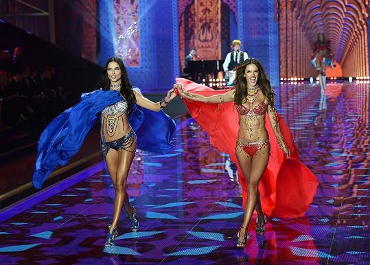 Adriana Lima a Alessandra Ambrosio, 2014. Poprvé v historii předvedly ikonické kousky dvě modelky najednou. Obě měly s Fantasy Bra zkušenosti z předchozích let. Každá podprsenka měla hodnotu 45,5 miliónu korun.