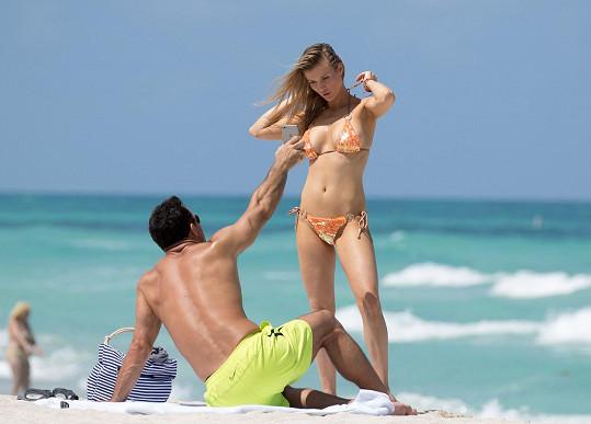 Romain svou ženu trpělivě fotí a pak jí dává výsledek ke kontrole.