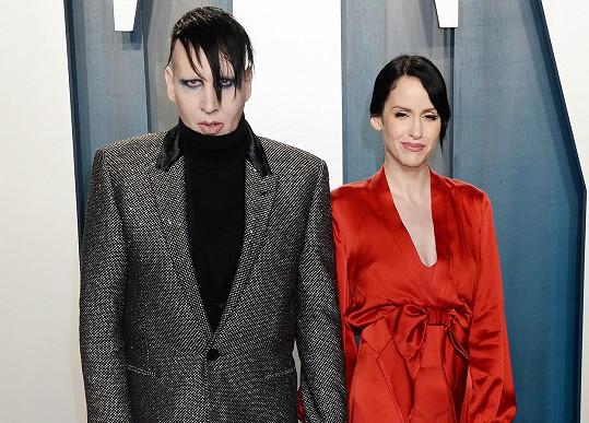 Za zpěvákem, zdá se, stojí i jeho současná manželka Lindsay Usich.