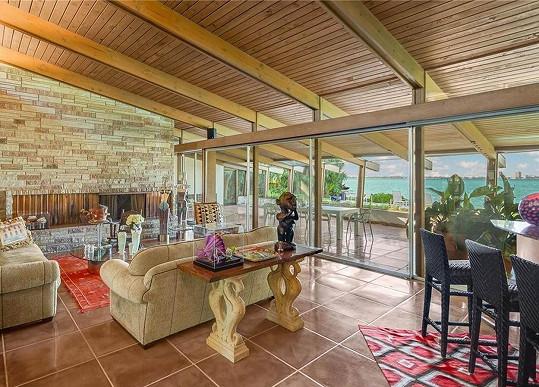 Obývací pokoj poskytne relaxaci (s) výhledem.
