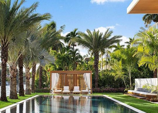 K domu patří rozlehlá zahrada s bazénem.
