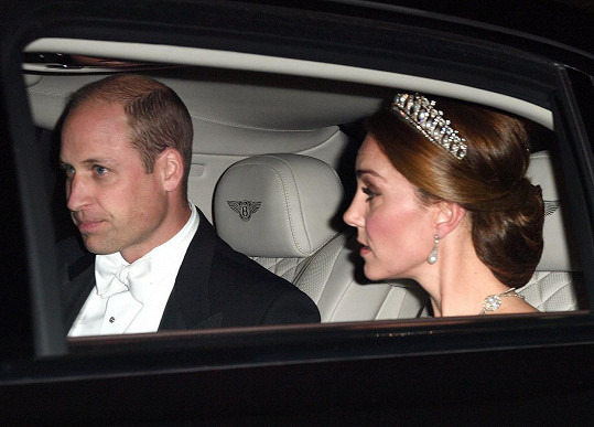 Od roku 2015 zdobí hlavu vévodkyně Kate. Na snímku s manželem princem Williamem cestou na královský banket.
