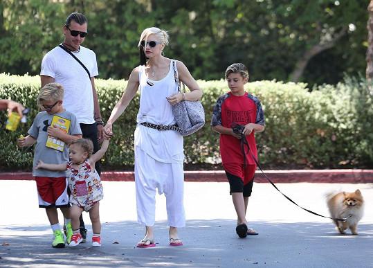 Manželé s dětmi v červnu vyrazili na společný oběd.