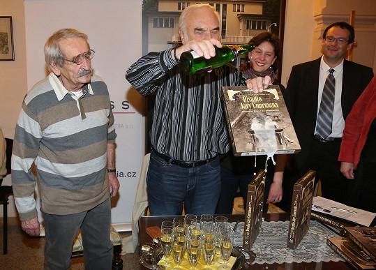 Jaroslav Weigel se Zdeňkem Svěrákem při křtu knihy Divadlo Járy Cimrmana v roce 2014