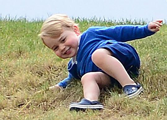 Prince George posezení na trávě vyloženě bavilo...