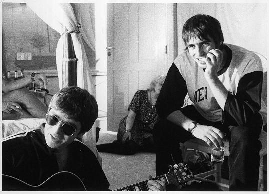 S bratrem Liamem (vpravo) během turné Oasis