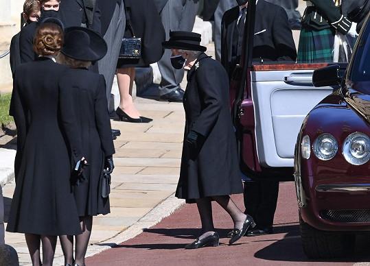 Královna Alžběta II. přijela na pohřeb svého muže Philipa ve svém Bentley