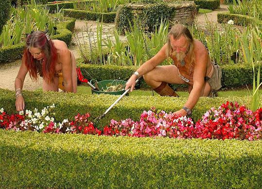 Dalšími pravidelně nahými zahradníky jsou tento den i Ian a Barbara Pollardovi ze Švédska.
