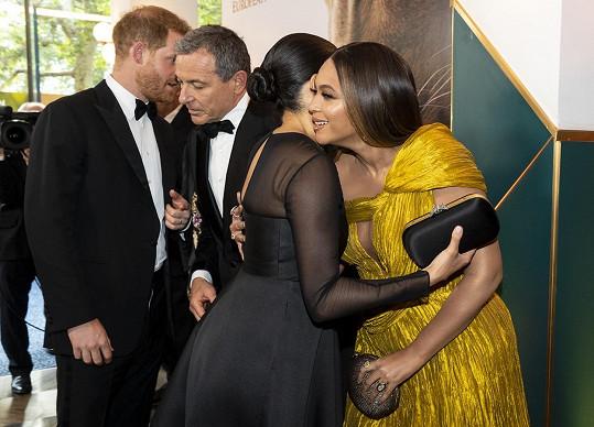 Harry domluvil své ženě práci během premiéry Lvího krále. Snímek zachycuje jeho rozmluvu s Bobem Igerem.