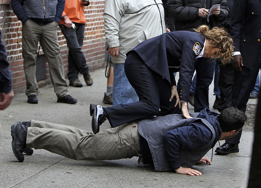 A drsná zatýkací scéna vypadala fakt věrohodně.