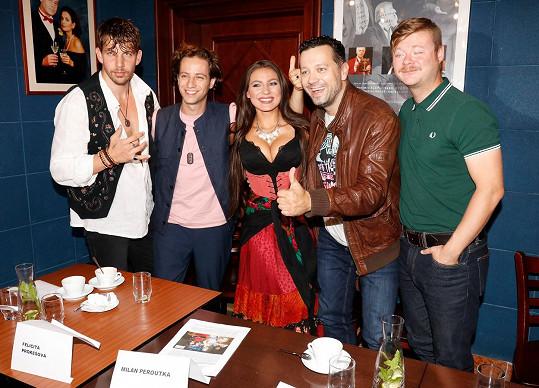 Felicita Prokešová s kolegy z představení Cikáni jdou do nebe